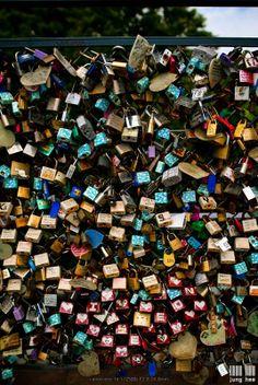 Topo da torre de Seul - Parede de cadeados deixados por jovem casais.  Há milhares e milhares de cadeados, simbolizando amor entre duas pessoas selando seu destino em público. Ao colocar o cadeado na grade da torre o casal lacra o seu amor com lindas mensagens e joga a chave longe para nunca mais ser encontradas, significando o amor eterno, o que virou cultura em Seul.