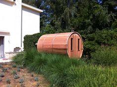 Houtgestookte ronde tuinsauna in Western Red Cedar. Een realisatie van 'Saunabarrel by Modis' www.saunabarrel.be