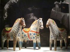 The exhibition of old Swedish folk art Dala horses in Dalarnas Museum in Falun (feltangel) Scandinavian Folk Art, Scandinavian Christmas, Fjord Horse, Wooden Horse, Horse Sculpture, Swedish Design, Nordic Style, Horse Art, Museum