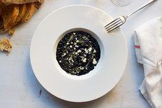 Originario delle coste croate il riso al nero di seppia deve la sua diffusione ai mercanti veneziani che lo portarono in tutto il Mediterraneo. Tostate il riso, aggiungete il brodo e portatelo a cottura. Aggiungete il nero di seppia. Disponete la battuta di seppie crude su un piatto fondo e adagiate sopra il risotto nero. Spolverate con il lime e lo zenzero. Condite a piacere con l'olio al peperoncino. Voilà, il piatto è pronto!