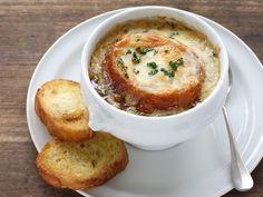Die Französische Zwiebelsuppe ist ein Klassiker der deftigen Küche.