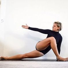 This is such a great IT band stretch. I notice a huge difference in my hips… daily yoga exercise. Fitness Workouts, Yoga Fitness, Yin Yoga, Pilates, Yoga Inspiration, It Band Stretches, Videos Yoga, Yoga Photography, Beautiful Yoga