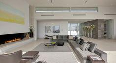 salon moderne en gris avec cheminée et grand canapé d'angle