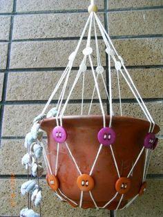 hacer un porta macetero Crochet Plant Hanger, Macrame Plant Holder, Plant Hangers, Yoga Dekor, Diy And Crafts, Arts And Crafts, Creation Deco, Macrame Projects, Macrame Tutorial