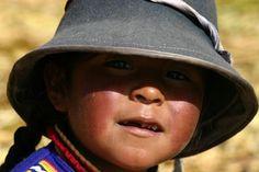 Circuit au Pérou. Enfant, lac Titicaca.