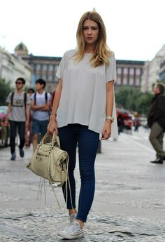 white long flowy top, blue skinny jeans, black / white converses
