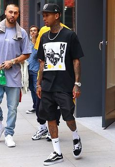 summer mens fashion which look cool Mode Streetwear, Streetwear Fashion, Tyga Style, Vans Outfit Men, Rapper Outfits, Urban Fashion, Mens Fashion, Mode Style, Look Cool