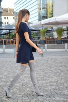 Dress: Zara Overknee Boots: Stuart Weitzman Bag: Chanel Source: veja-du - The overknee Outfits Damen, Dress Outfits, Fall Outfits, Fashion Dresses, Over The Knee Boot Outfit, Dress With Boots, Bota Over, Sexy Stiefel, Sexy Boots
