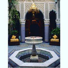 Partez à la découverte de l'une de nos majestueuses Fontaines d'époque.  Chacune de leur mosaïque en Zellige est une invitation à la détente et à la contemplation.  #PalaisSebban #hotel #riad #restaurant #spa #hammam #pool #marrakech #marrakech2016 #maroc #morocco #holiday #travel #luxury #calm #relax #fontaine #fountain
