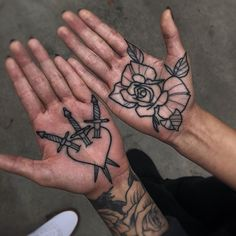 Eye-Catching Hand Tattoo Designs For Women Here are the 100 best hand tattoos trends for women.We have collected numerous hand tattoo designs for you in the event that you have been l Hand Palm Tattoos, Rose Tattoos, Body Art Tattoos, Sleeve Tattoos, Le Tattoo, Dark Tattoo, Tattoo Neck, Grunge Tattoo, Future Tattoos