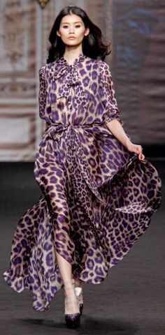 Take a look at the best Animal print dress in the photos below and get ideas for your outfits! Animal print dress, denim jacket and red chanel shoulder bag. Leopard Fashion, Animal Print Fashion, Fashion Prints, Vestidos Animal Print, Animal Print Dresses, Animal Prints, Lady Like, Moda Fashion, Fashion Show