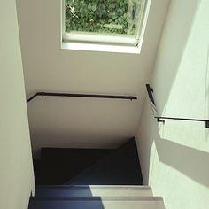 女性で、の塩系?/アイアン手摺/階段手すり/階段/壁/天井についてのインテリア実例を紹介。「2階から階段踊り場を見下ろす(о´∀`о) 黒の階段はお気に入りだけど掃除が大変(。>д<)」(この写真は 2015-07-10 14:47:38 に共有されました)