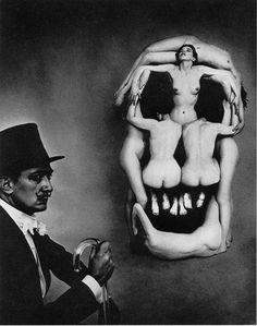 Salvador Dalì, foto di Philippe Halsman. Il teschio è creato con i corpi di sette donne