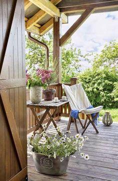 Najobľúbenejšia forma odpočinku – chalupa a čerstvý vidiecky vzduch 2 Outdoor Spaces, Outdoor Living, Outdoor Decor, Cottage Garden Design, Home And Garden, Scandinavian Style, Wooden Terrace, French Country Cottage, Country Charm