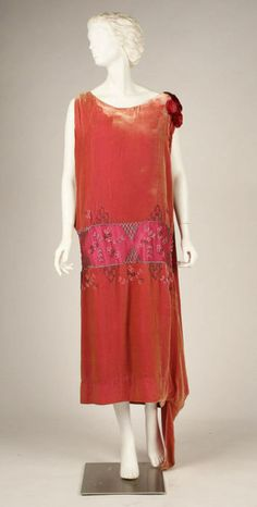 House of Worth | c. 1926  http://defunctfashion.tumblr.com/post/6476232337/house-of-worth-c-1926
