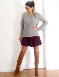 Look para o inverno com sueter cinza, saia vinho e bota over the knee!