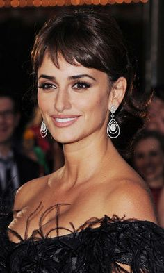 Penelope Cruz in the stunning teardrop (pear shape) chandelier earrings.
