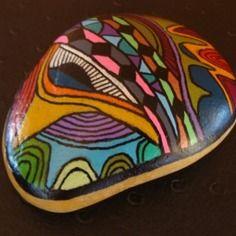 218, galet aux crayons de couleur et acrylique dans des tons vifs et multicolores