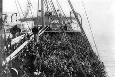 """Emigrazione italiana """"Generalmente sono di piccola statura e di pelle scura. Non amano l'acqua, molti di loro puzzano [...]"""" Una descrizione terribile, che offende profondamente. Ma ... di chi si parla? Forse dovremmo pensarci bene e ricordare. #Emigrazione, #emigranti, #immigrati, #comprensione, #accettazione, #uguaglianza, #umanita, #liosite, #citazioniItaliane, #frasibelle, #ItalianQuotes, #Sensodellavita, #perledisaggezza, #perledacondividere,"""