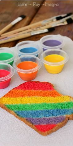 How to make edible milk paint to make rainbow toast Cocinar con niños Cooking whith Kids Cute Food, Good Food, Mini Chef, Activities For Kids, Crafts For Kids, Toddler Art Projects, Rainbow Food, Rainbow Bread, Rainbow Art