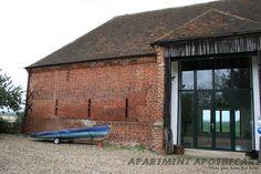 Modern barn conversion Modern Loft, Modern Barn, Modern Rustic, Rustic Barn Homes, Contemporary Barn, Barn Renovation, Wooden Buildings, Stone Barns, Farm Barn