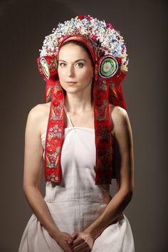 The ceremonial traditional head wear work with a kroj by the Czech, Moravian and Slovak people. Traditional Fashion, Traditional Dresses, Folk Costume, Costumes, Floral Headdress, European Wedding, Festival Wear, Dance Wear, Ukraine