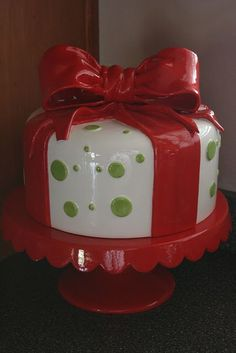 Red and green cakestand