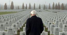 20151110 - O tenente-general aposentado Richard Evraire caminha entre lápides no Cemitério Nacional Militar das Forças Armadas canadenses em Ottawa, um dia antes do Dia da Memória, que lembra as vítimas das duas grandes guerras mundiais. PICTURE: Justin Tang/The Canadian Press/AP