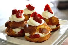 Eet lekker: Aardbeiensoezen (van Heel Holland Bakt) No Bake Desserts, Delicious Desserts, Cake Cookies, Cupcakes, Cake Bites, Sweets Cake, Mini Pies, Eclairs, Pie Cake