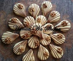 Walnuts cookies. Algerian sweets Arabic Sweets, Arabic Food, Mini Desserts, Cookie Desserts, Algerian Recipes, Fudge Pie, Walnut Cookies, No Bake Snacks, Meringue Cookies