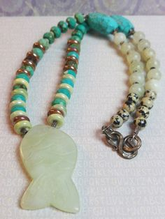 Birdie Accessoires & Zo - Unieke ketting Jade handgesneden vis edelsteen, facet turquoise, keramiek en Dalmatiër jaspis