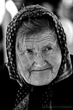 Vendedora de legumes no mercado das Caldas da Rainha.  <br /> <br />Apesar da sua vetusta idade e com sérios problemas de saúde, não deixa de marcar presença neste pitoresco mercado; afinal, é ainda esta, a sua razão de viver.