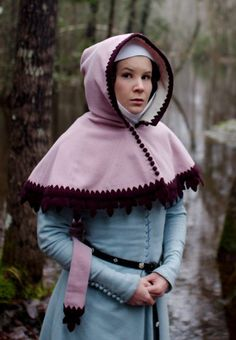 trimmed Century hood, this is a really cool idea for a hood!Beautifully trimmed Century hood, this is a really cool idea for a hood! Medieval Hats, Medieval Costume, Medieval Dress, Medieval Clothing, Renaissance Costume, Renaissance Fashion, Renaissance Fair, Historical Costume, Historical Clothing
