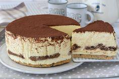 La cheesecake tiramisu senza uova crude che vi propongo oggi e' fresca golosa e sicura basta pastorizzarle con un metodo facilissimo Mini Desserts, Sweet Desserts, Sweet Recipes, Cheesecake, E Recipe, Italian Pastries, Tiramisu Recipe, Cooking Cake, Cake & Co