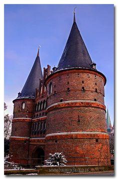 Mächtig! -Lübeck, das Holstentor: erbaut 1464. Das Holstentor ist ein Stadttor, das die Altstadt der Hansestadt Lübeck nach Westen begrenzt. Es ist das Wahrzeichen der Stadt. Das spätgotische Gebäude gehört zu den Überresten der Lübecker Stadtbefestigung. Das Holstentor ist neben dem Burgtor das einzige erhaltene Stadttor Lübecks. Das spätgotische Gebäude gehört zu den Überresten der Lübecker Stadtbefestigung. Gemeinsam mit der Altstadt von Lübeck gehört es seit 1987 zum…
