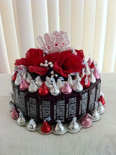 hershey's valentine's day candy cake very cute just get a round tub and tape candy around it Valentines Day Baskets, Valentines Day Treats, Valentine Day Crafts, Valentine Decorations, Valentine Gifts Ideas, Funny Valentine, Bouquet Pastel, Diy Bouquet, Candy Bouquet
