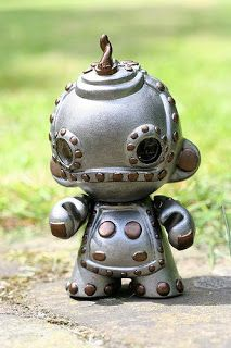 toycutter: Designer Vinyl Toy: Robot Munny With Mini Munny Pilot