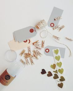 This kit contains everything you need to pack a unique gift or for all your DIY.   Mini gift box contains:  20 miniature wooden clothespins  5 meter gold glitter rope  10 package tags: gray...