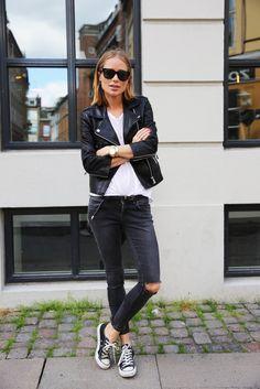 básico rocker: all star, jeans destroyed, camiseta branca e jaqueta de couro.