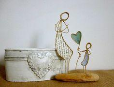 Figurines en ficelle de kraft armé et papiers originaux Voici une petite fille adorable, offrant à sa douce maman, un coeur empli d'amour ! Dimensions: Largeur: 12 cm - 20412469