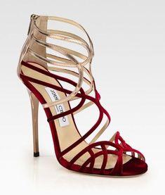 Sandalias de tiras doradas y rojas de Jimmy ChooEl maravilloso mundo de los zapatos de tacón, prácticamente es infinito de lo cual me alegro, disfruto todos los días viendo los impresionantes diseños de las diferentes marcas, ya que es imposible disponer de todos ellos para ponérmelos. Estas sandalias de Jimmy Choo .son fantásticas, la combinación de dorado y rojo queda genial, seguro que con un vestido y bolso a juego formaría un conjunto estupendo para lucir una elegancia sin igual.