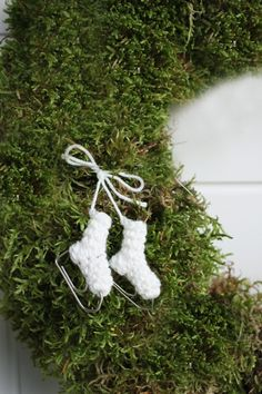 look at these lovely ice-skates! She also made a pair to hang around the neck of a bottle, to give away for Christmas. A fantastic idea! Homemade Christmas Decorations, Diy Christmas Ornaments, Christmas Stockings, Christmas Wreaths, Nordic Christmas, Christmas Fun, Holiday Crochet Patterns, Crochet Decoration, Fabric Yarn