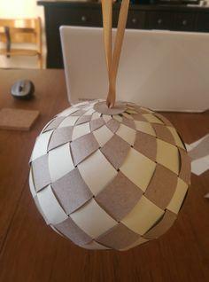 Paper ball. Papir bold. Julepynt. DYI. Dansk. Danish. Christmas Balls, Simple Christmas, Christmas Art, All Things Christmas, Christmas Tree Ornaments, Xmas, Wooden Christmas Crafts, Handmade Christmas Decorations, Christmas Centerpieces