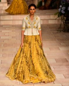 Anju Modi at India Couture Week 2018 - Kangana Ranaut in lehenga and velvet jacket turned showstopper. Anju Modi's collection is inspired by the Victorian era. Choli Designs, Saree Blouse Designs, Indian Wedding Outfits, Indian Outfits, Capsule Wardrobe, Lehnga Dress, Lehenga Choli, Lehenga Style, Jacket Lehenga
