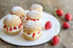 Crackers with mascarpone whipped cream and strawberries Sweet Recipes, Cake Recipes, Snack Recipes, Dessert Recipes, Snacks, Mini Desserts, Fall Desserts, Pasta Choux, Mascarpone Recipes