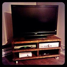 Meuble de télé en pin. Fais pour moi par moi. Pin, Pallet Ideas, Flat Screen, Electronics, Tv Consoles, Blood Plasma