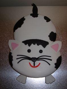 Cute black and white cat cake looks like Triton and Sebastian. Dolphin Cakes, Giraffe Cakes, Owl Cakes, Cupcakes, Cupcake Cakes, Birthday Cake For Cat, Birthday Cakes, Birthday Ideas, Fondant Flower Cake