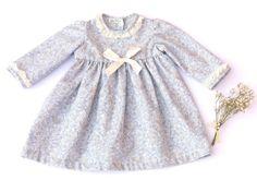 Vestido Colección Nube, elaborado en viella de algodon, con detalles en mangas y cuello en puntilla de bolillo. Manga francesa.