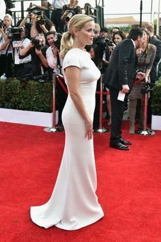"""Reese Witherspoon in Giorgio Armani """"I love the sexy simplicity of this Armani dress on Reese—she is a vision in white. Reese Whitherspoon, Best Dressed Award, Red Carpet Looks, Red Carpet Fashion, Dress Me Up, Star Fashion, Couture Fashion, Girl Crushes, Dress To Impress"""