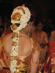 The brides from south India sure have their own unique style. Here are some South Indian hairstyles for girls that will ensure you shine on your wedding day! South Indian Hairstyle, South Indian Wedding Hairstyles, South Indian Weddings, South Indian Bride, Wedding Hairstyles For Long Hair, Indian Hairstyles, Bride Hairstyles, Kerala Bride, Hindu Bride